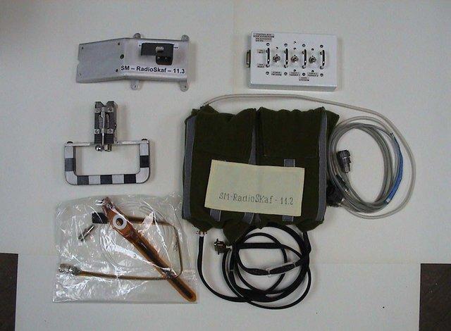Оборудование Suitsat (передатчик и блок Digitalker / микроконтроллера внутри тканевого контейнера)