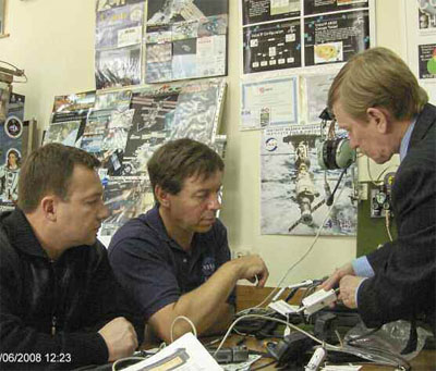 Космонавт Юрий Лончаков (слева) и астронавт Майкл Баррат